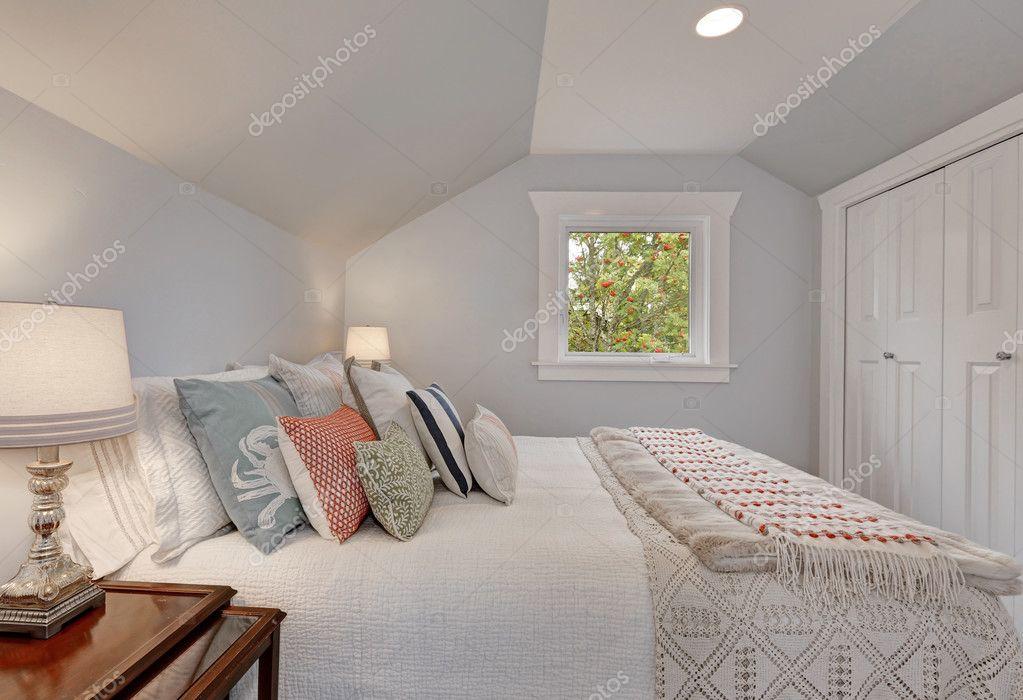 Interno camera da letto mansarda arredate in modo semplice for Mansarde arredate