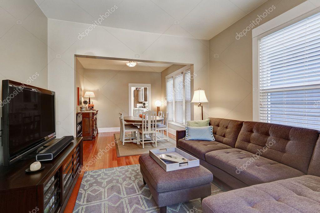 Woonkamer Zwart Bruin : Amerikaanse woonkamer interieur met bruin hoekbank u stockfoto
