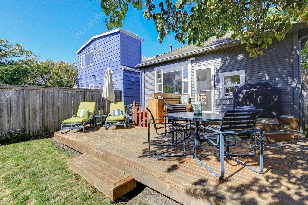 Photo de terrasse en bois avec mobilier de jardin — Photographie ...