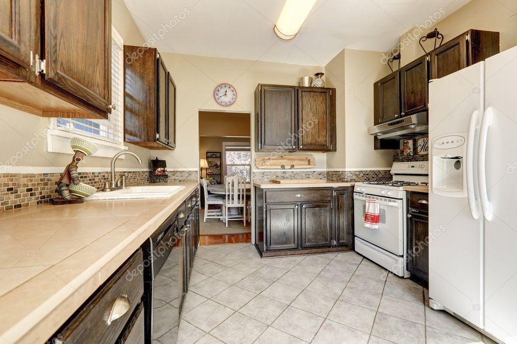 Küche - dunkel braun Schränke und weißen Geräte — Stockfoto ...