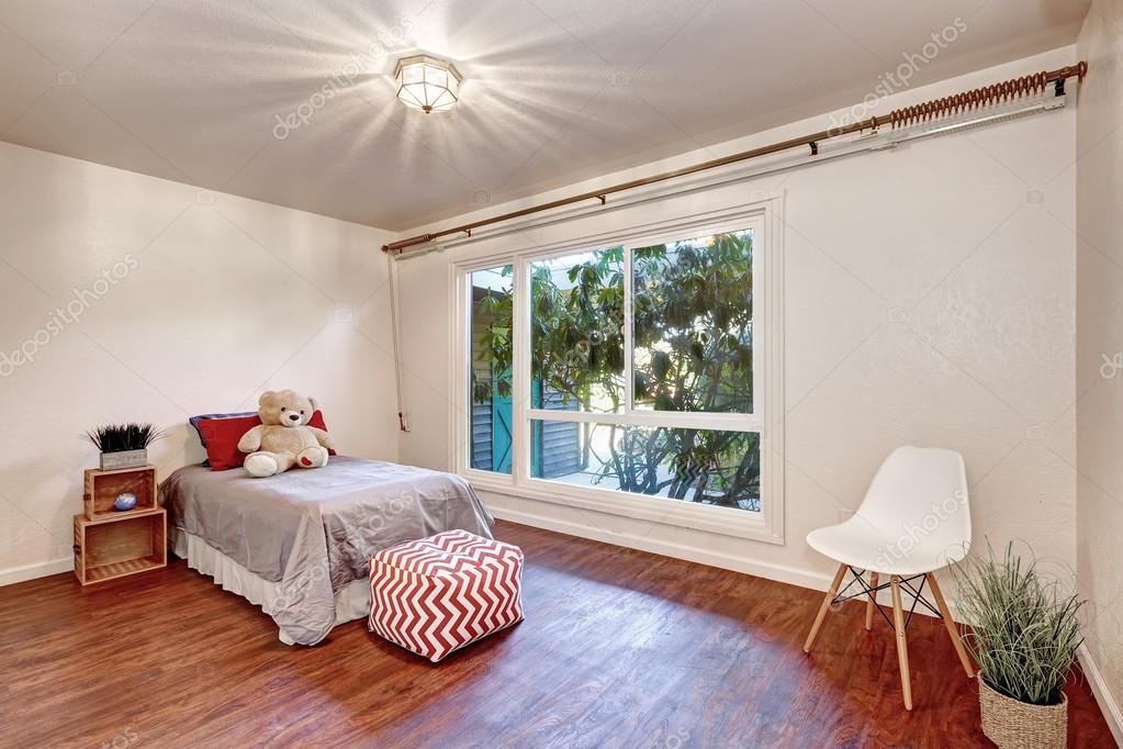 Weisse Wande Im Kinderzimmer Schlafzimmer Mit Holzboden Stockfoto