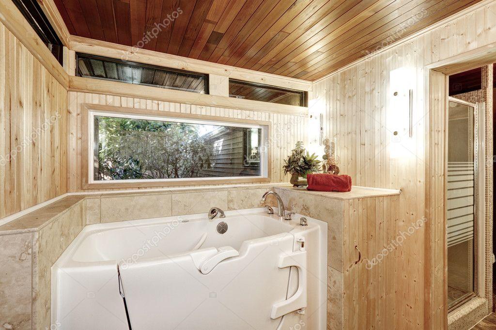 Vasca Da Bagno Con Pannelli : Vasca da bagno bianca in bagno con pannelli in legno u2014 foto stock