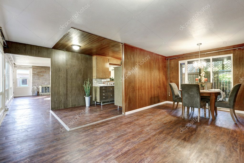 Huis interieur open plattegrond met hardhoutvloeren u stockfoto