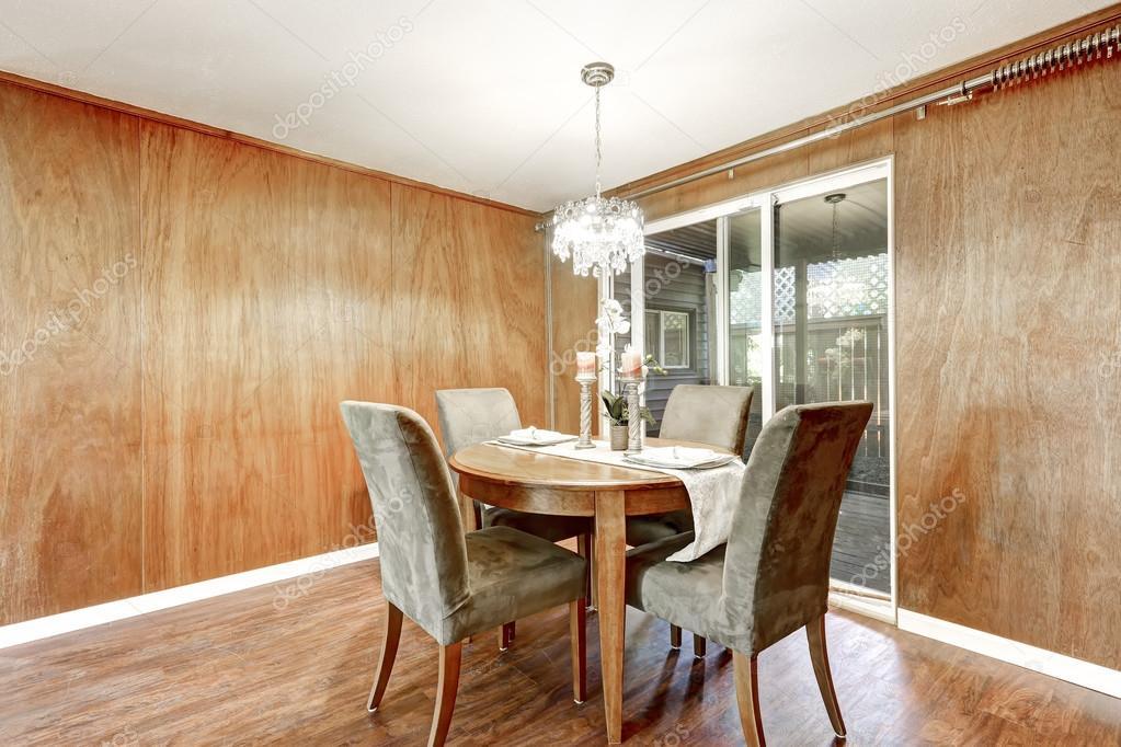 houten interieur van de eetkamer met romantische tabel instellen stockfoto