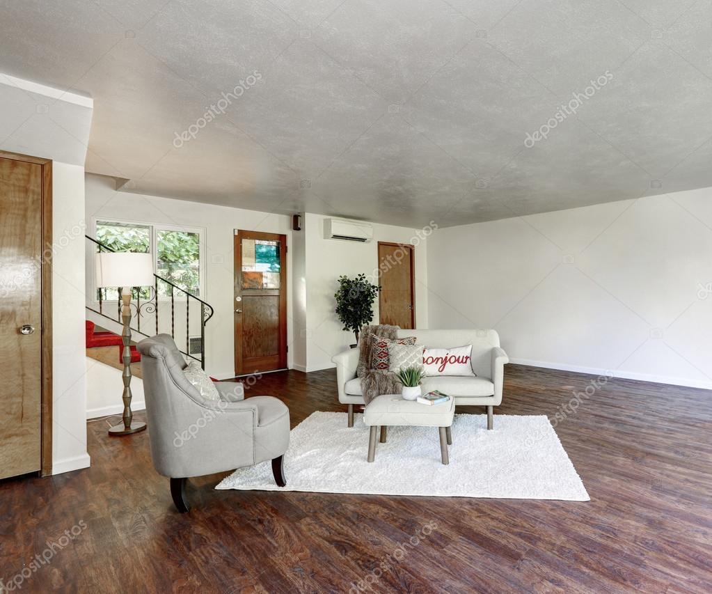 Puur wit wonen interieur met hardhouten vloer — Stockfoto ...