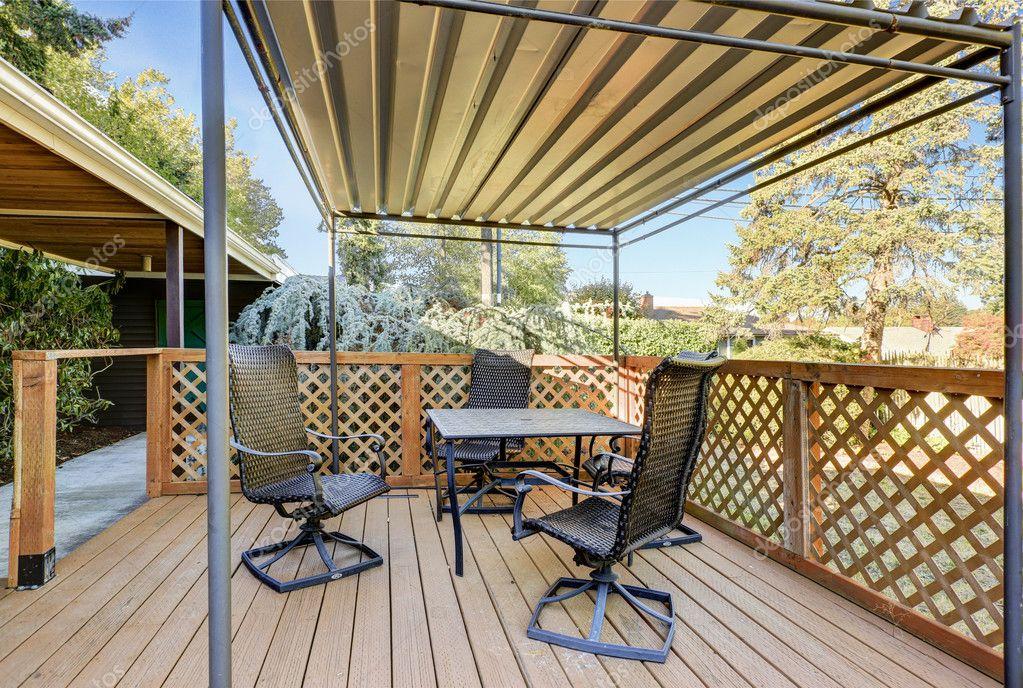 Terrasse en bois couverte avec ensemble de patio table ...