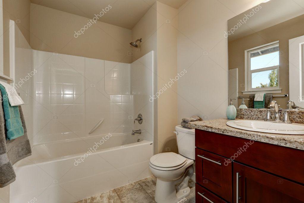 Ducha, aseo y cuarto de baño de estilo americano con gabinete de la ...