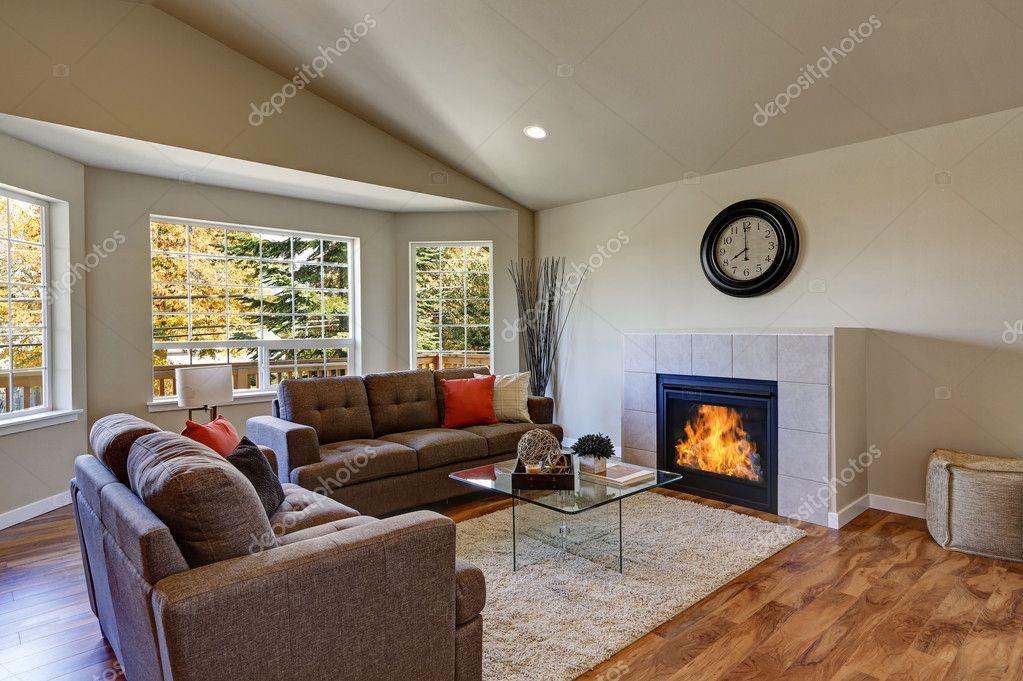 Gewelfd plafond woonkamer met grote ramen — Stockfoto © iriana88w ...