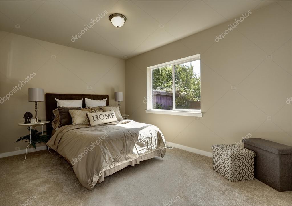 lichte kleuren slaapkamer interieur met groot bed stockfoto