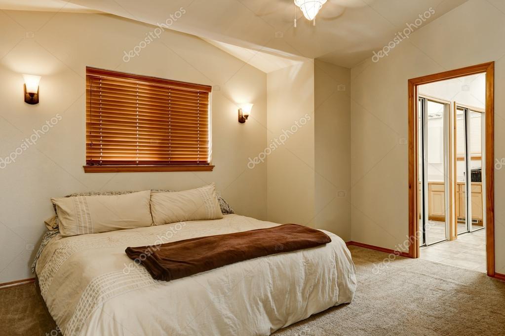 Lichte kleuren slaapkamer interieur met tapijt vloer — Stockfoto ...