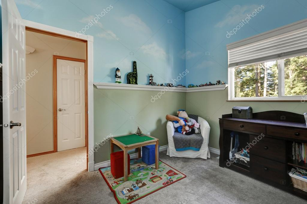 Kid s play kamer met blauwe hemel geschilderde muren u stockfoto