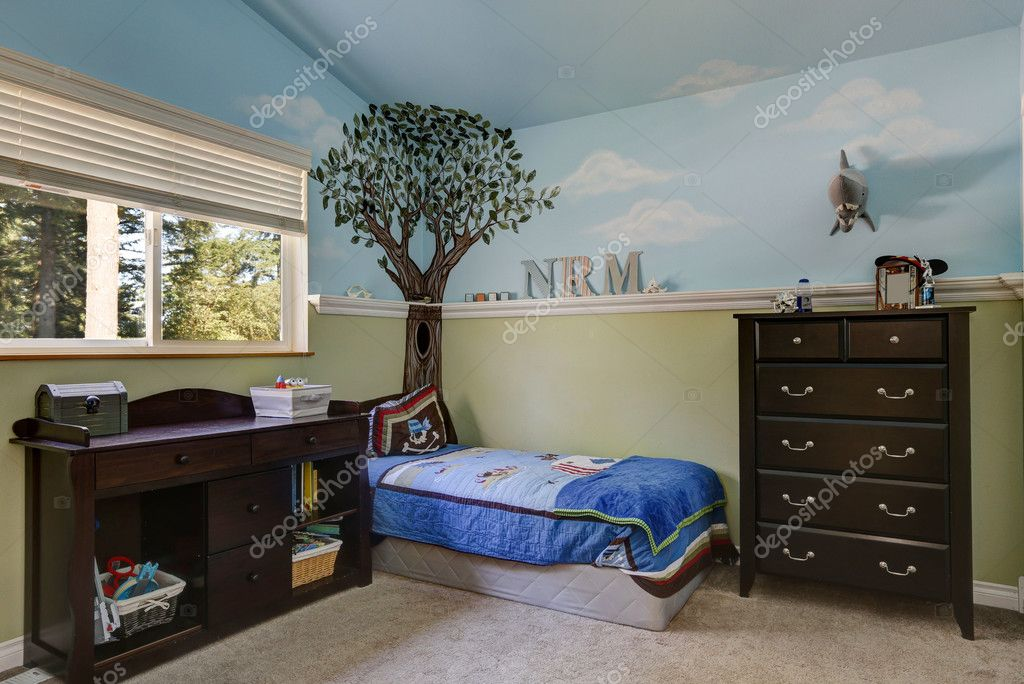 Kid s slaapkamer met blauwe hemel geschilderde muren u stockfoto