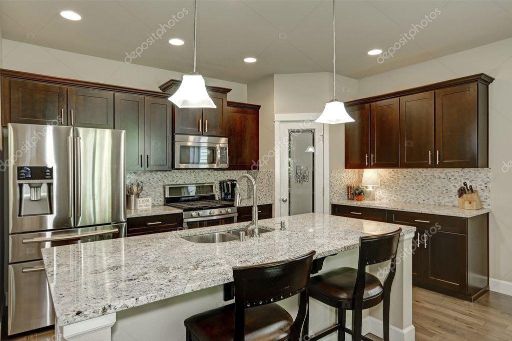 Interiore della stanza cucina classica con isola grande cucina ...