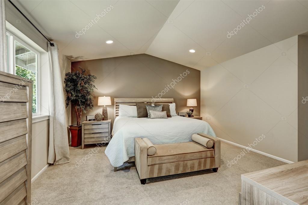 Interiore della camera da letto beige elegante con biancheria blu ...