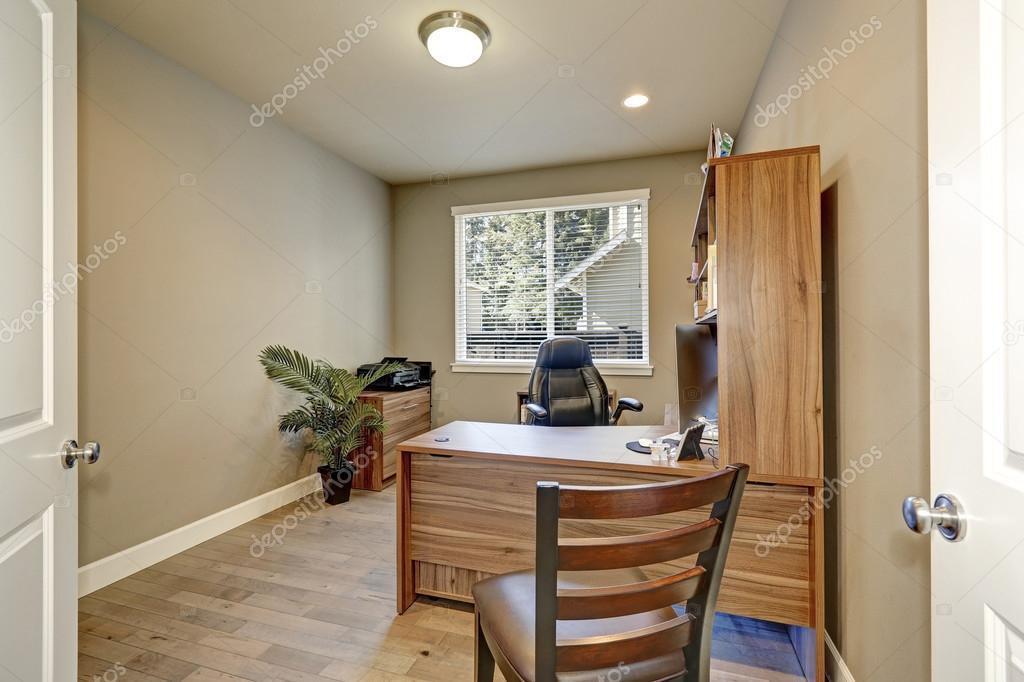 Intérieur de bureau à la maison avec des meubles en bois et