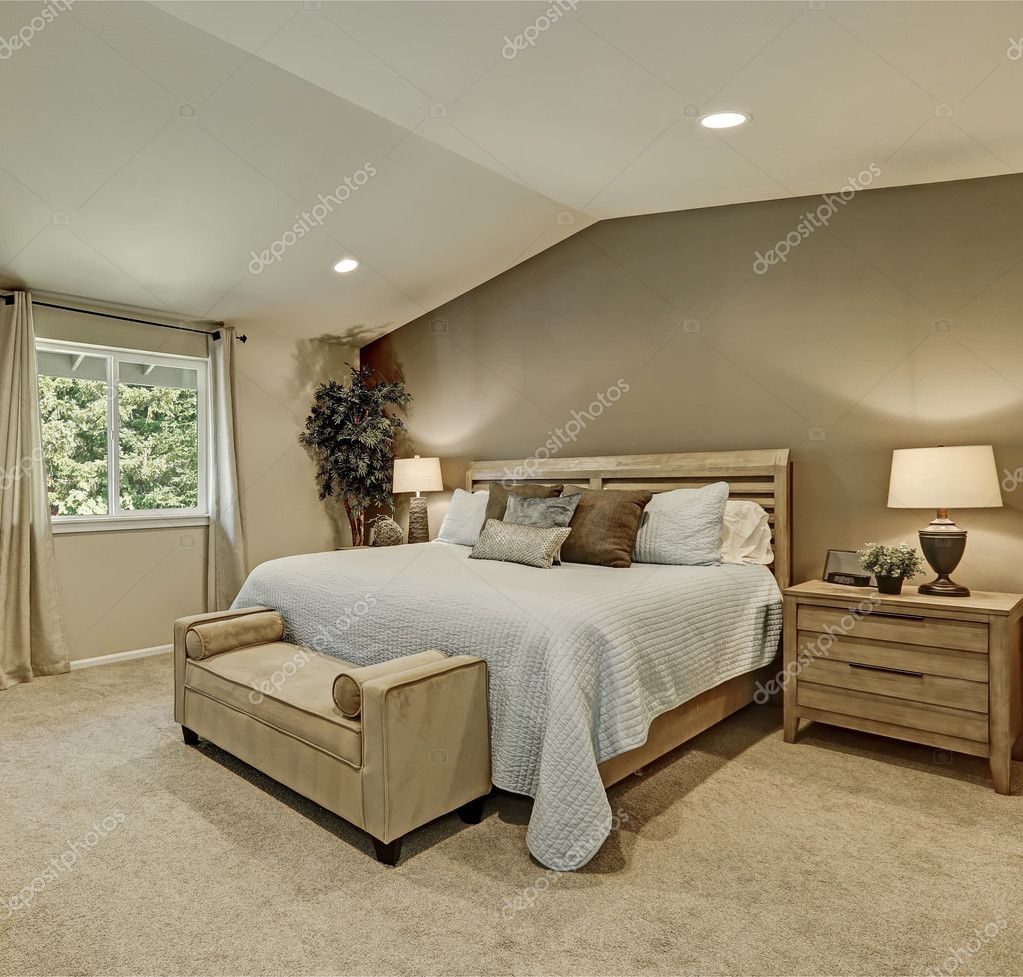 élégant chambre beige et marron avec literie bleu pâle — Photo ...