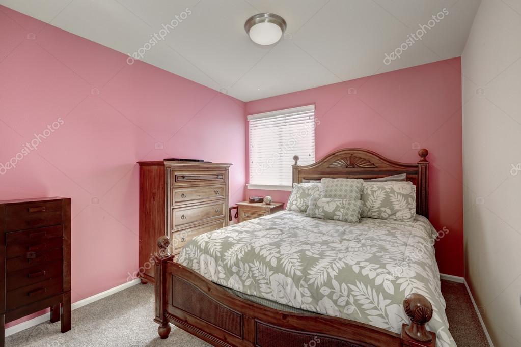 Roze slaapkamer met gesneden houten bed — Stockfoto © iriana88w ...