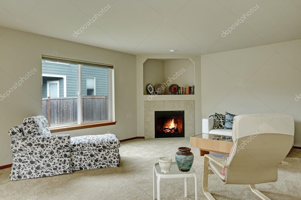 Woonkamer Lichte Kleuren : Lichte kleuren elegant woonkamer met open haard in de hoek