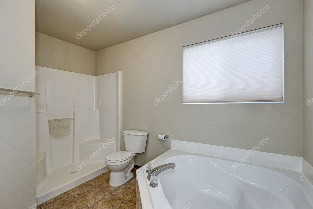 Wnętrze Biały łazienka Z Wanną Narożną I Prysznicem Zdjęcie