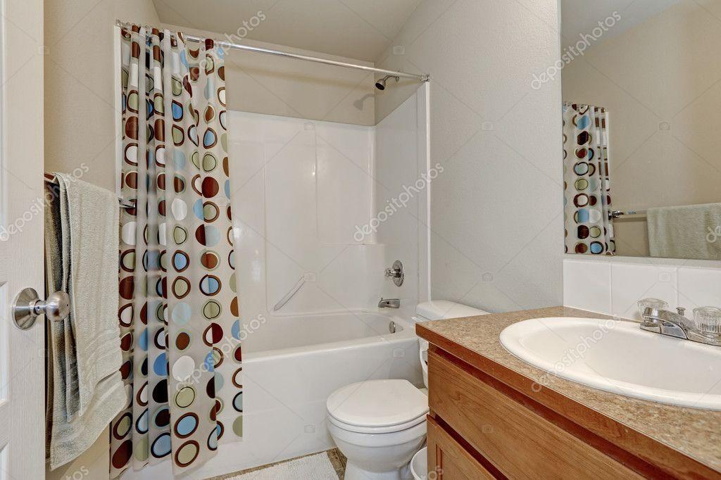 Cortina de baño colores en interior de cuarto de baño blanco — Foto ...