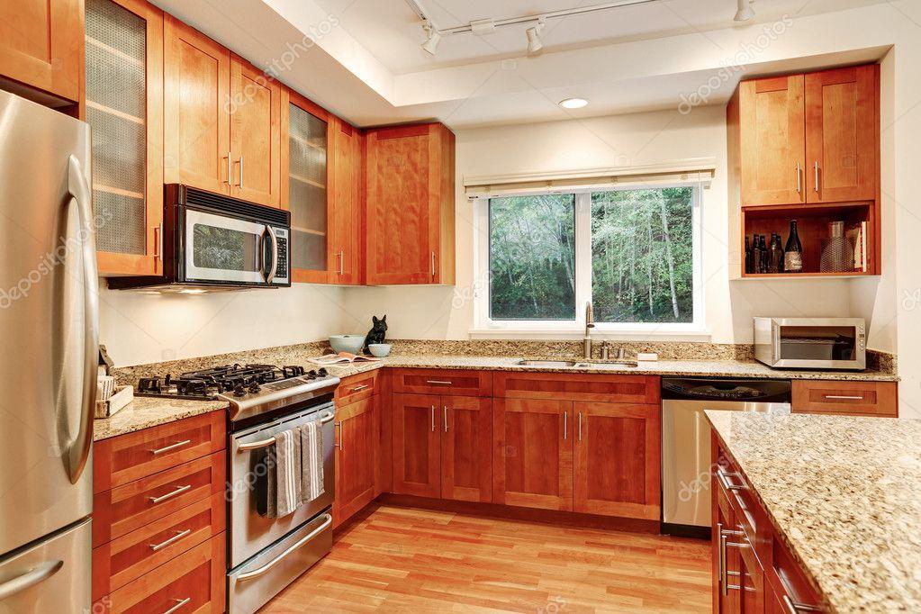 Interior de la cocina. Gabinetes de madera, encimeras de granito y ...