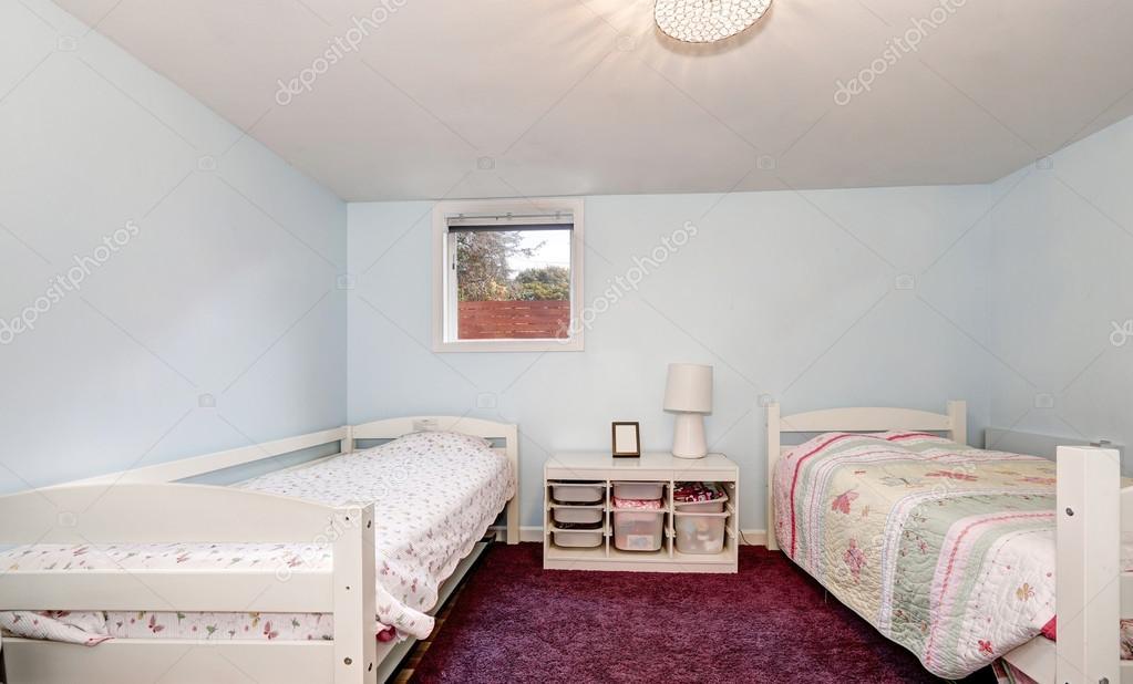 Pareti blu pallide e Borgogna moquette della camera da letto ...