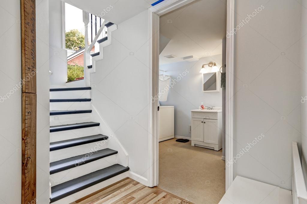 Puerta cuarto de baño   Escalera en el pasillo con la ...