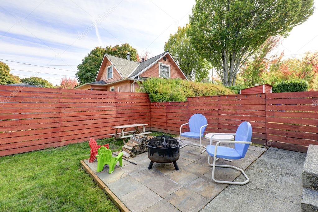 Charmant Fenced Back Yard With Patio Area And Barbecue Grill U2014 Stock Photo