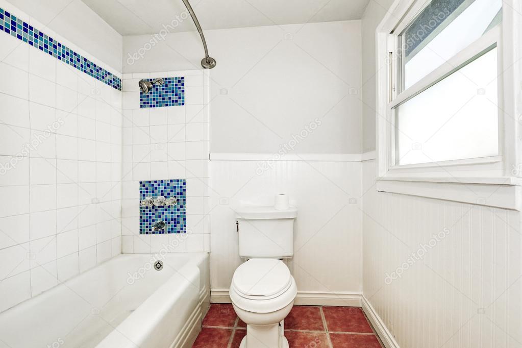 Witte interieur van de badkamer met mozaïek tegel blauw muur trim