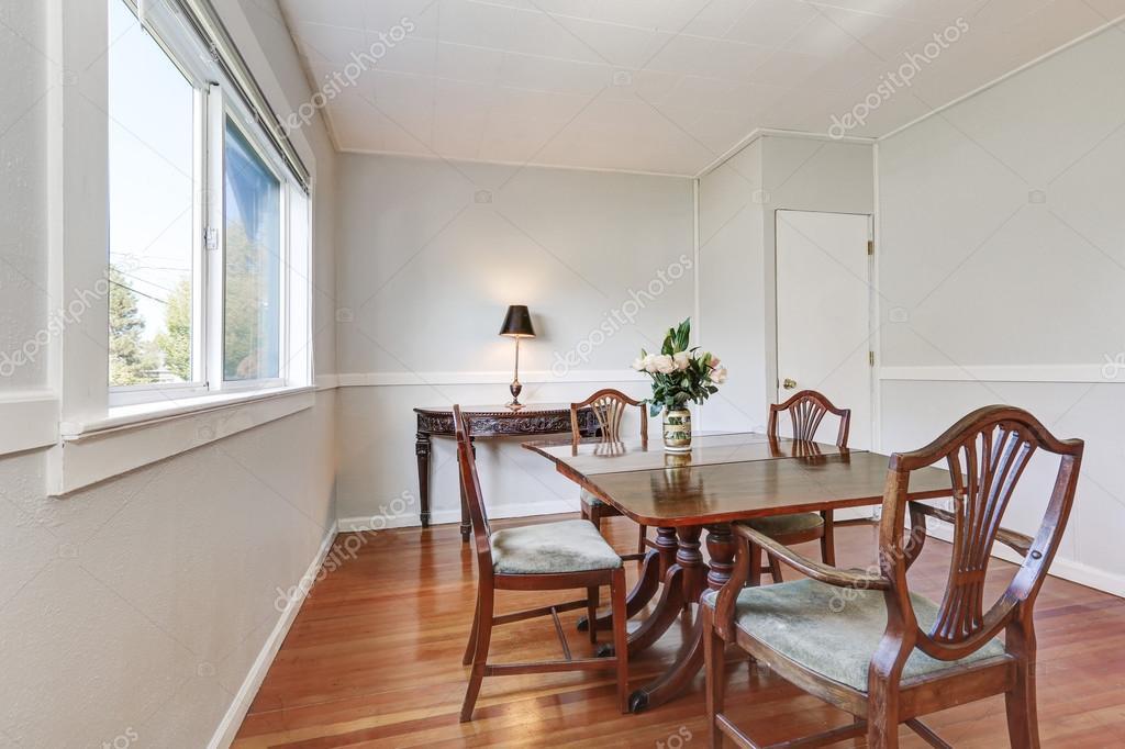 Mobili Della Sala Da Pranzo : Interiore della sala da pranzo con mobili in legno intagliato