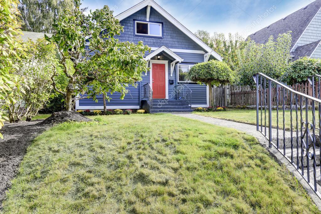 Colore Esterno Casa Rosso : Esterno della casa americana in colore blu con il portello