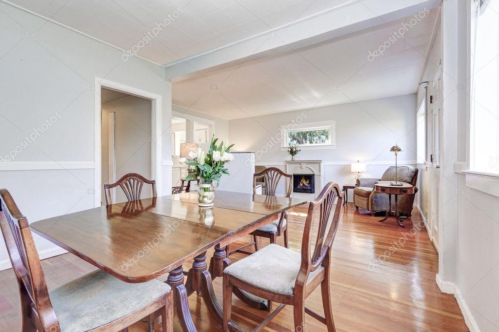 Eetkamer In Woonkamer : Eetkamer en woonkamer interieur met gesneden houten meubels