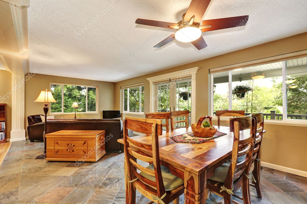 Eetkamer Keuken Open : Open keuken eetkamer met rustieke houten tafel instellen u2014 stockfoto