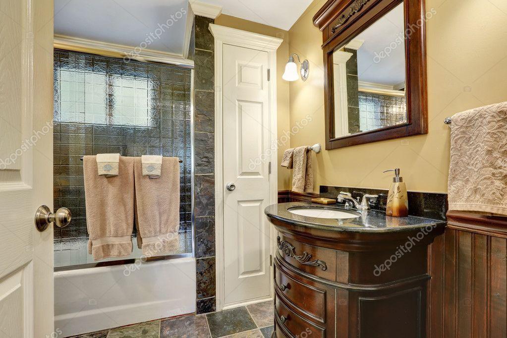 Interno bagno vintage con disposizione delle mattonelle di pietra