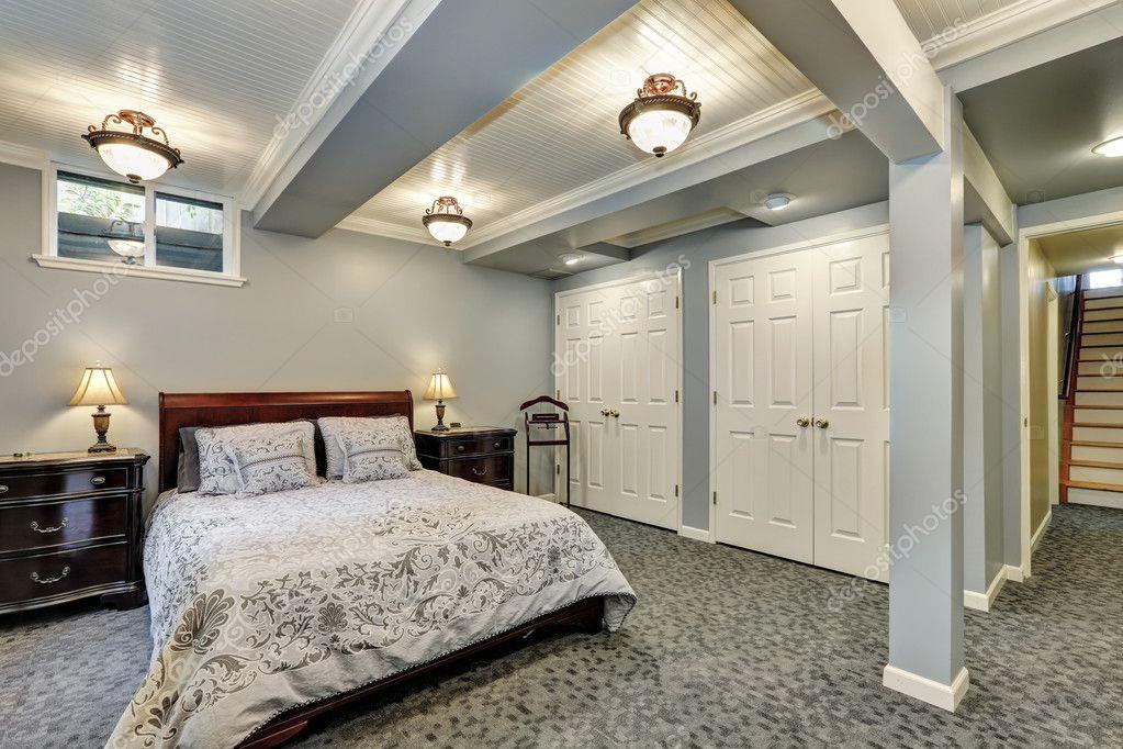 Slaapkamer Interieur Grijs : Grijze slaapkamer interieur naar beneden u stockfoto iriana w