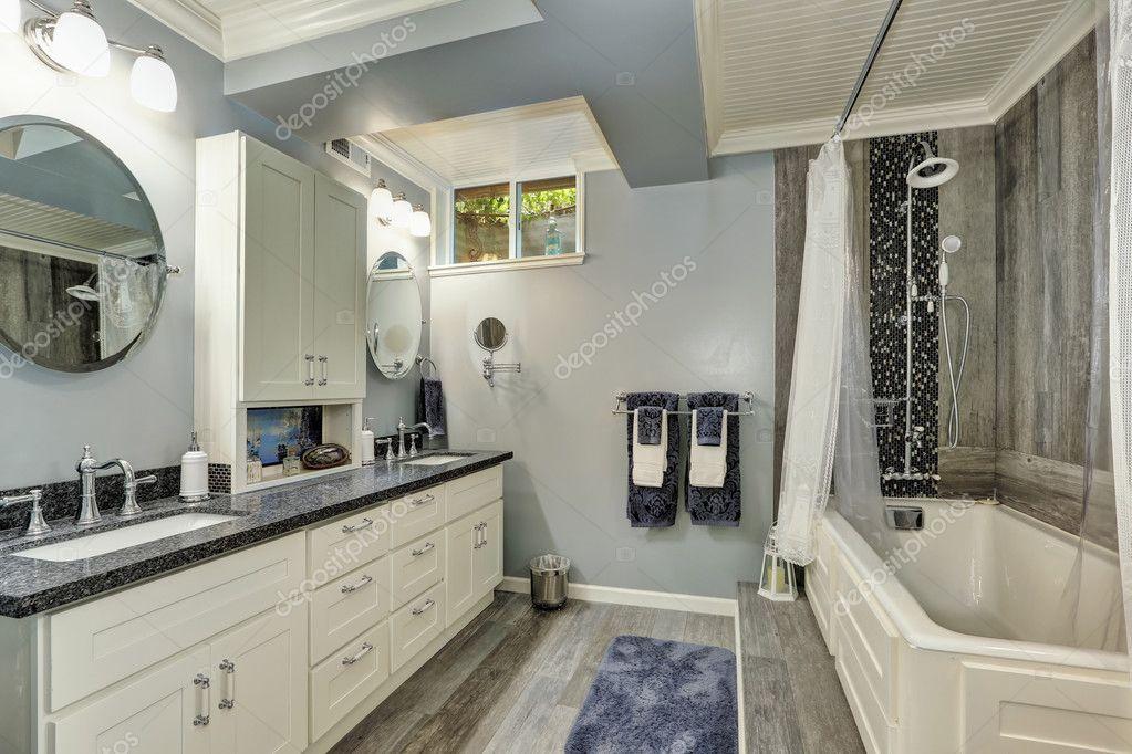 Kelder badkamer interieur in grijs en wit tinten u stockfoto