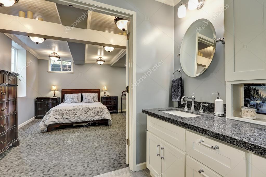 Kelder badkamer interieur in grijs en wit tinten u2014 stockfoto