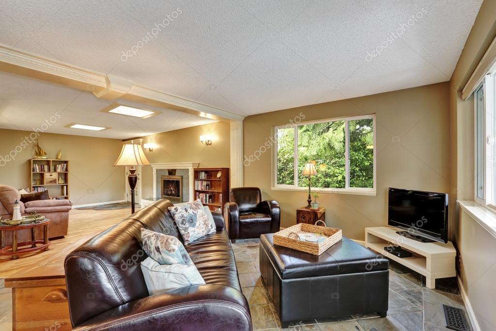 Interiore del salone con pouf in pelle grande — Foto Stock ...