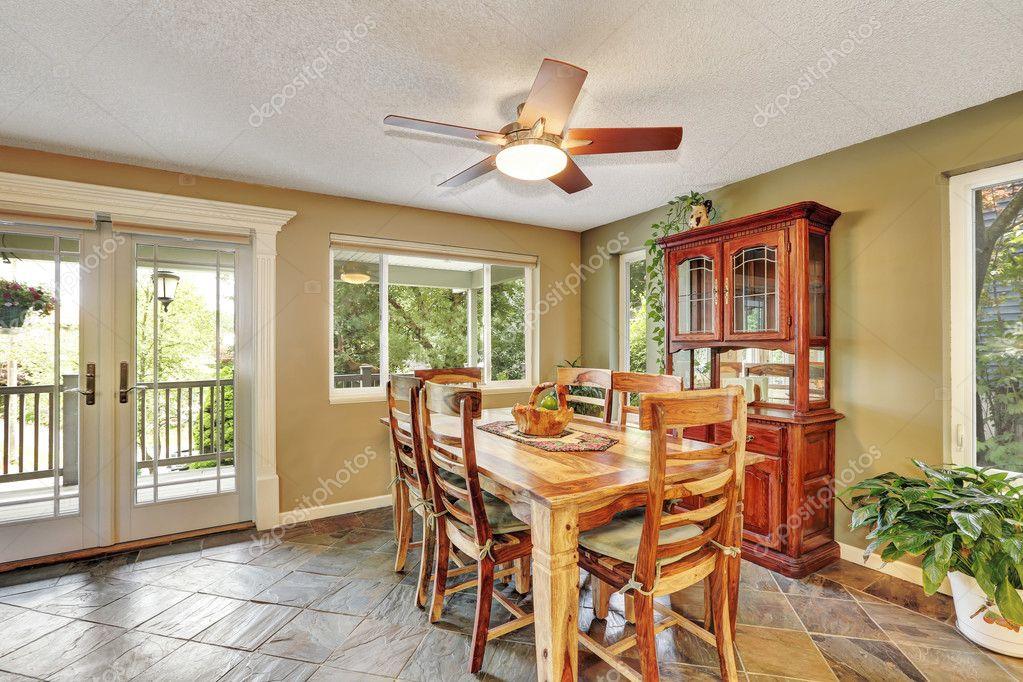 Set sala da pranzo open space con tavolo in legno rustico u foto