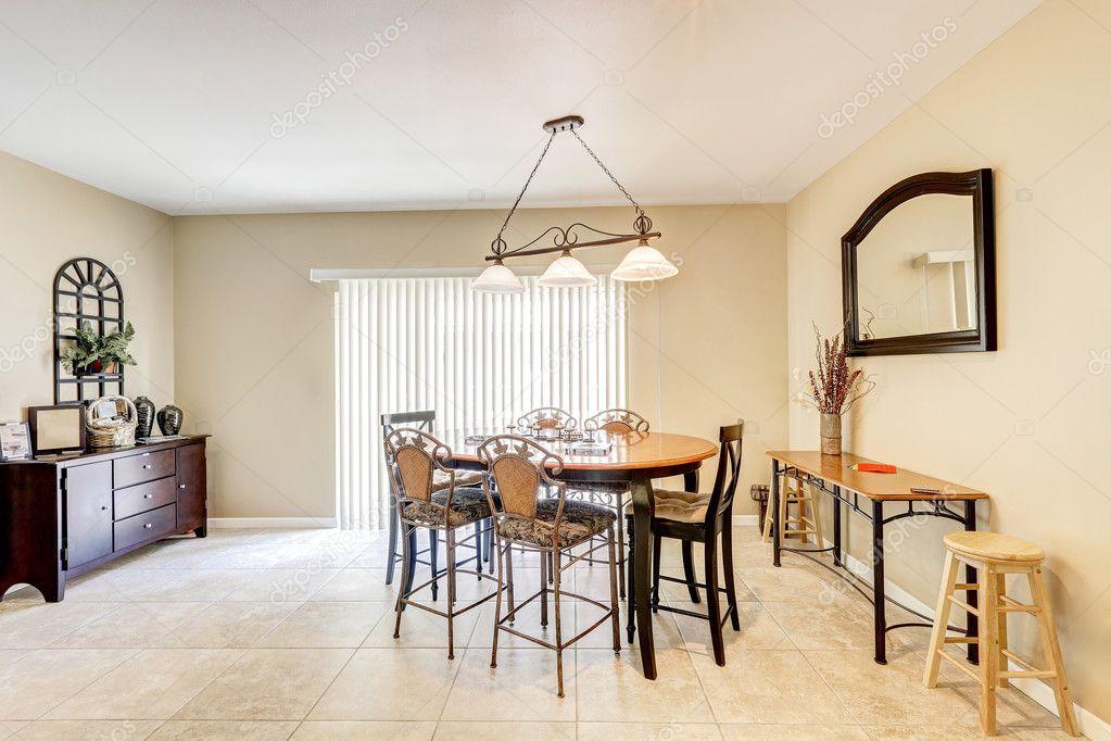 Brillante e luminosa sala da pranzo con bar stile sedie e