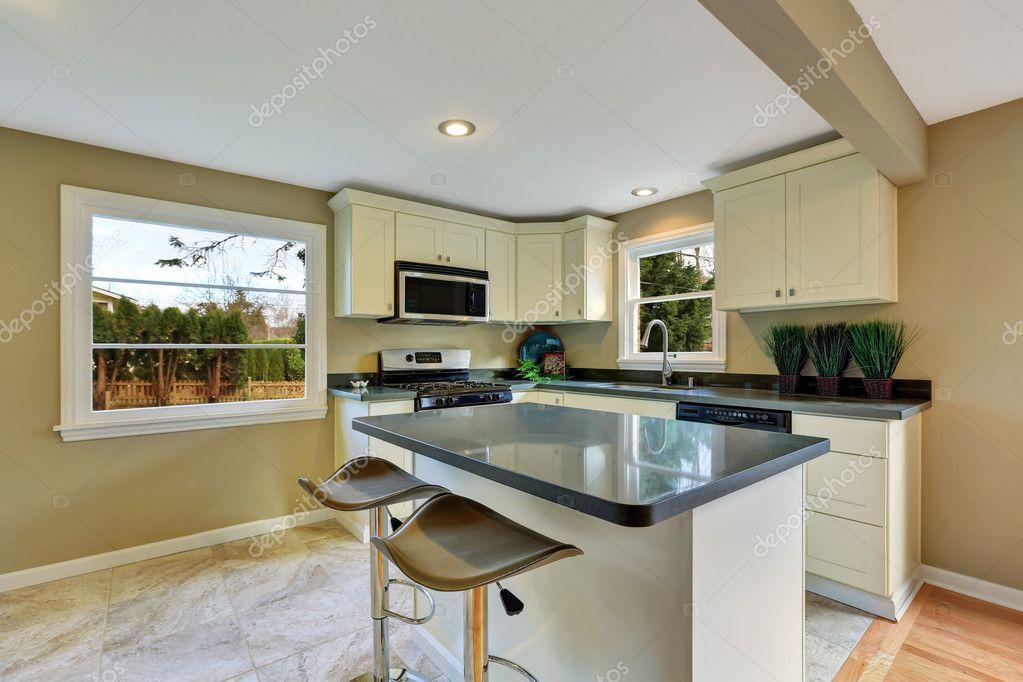 Fußboden Küche Queen ~ Offener grundriss weiße küche mit insel und essbereich u2014 stockfoto