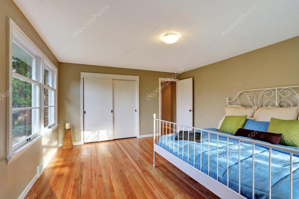 Fußboden Im Schlafzimmer ~ Grüne schlafzimmer innenraum mit hartholz fußboden und eisen bett
