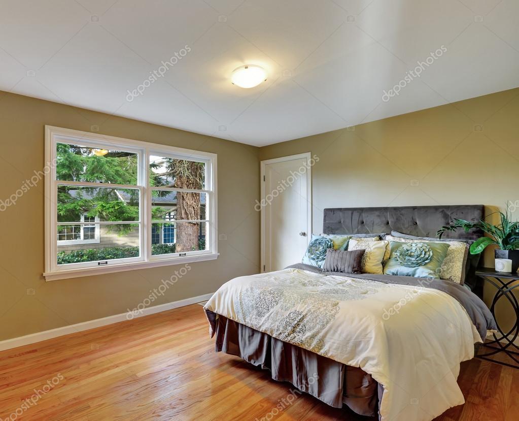 Fußboden Schlafzimmer ~ Grüne schlafzimmer innenraum mit hartholz fußboden und queen size