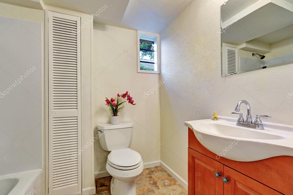 Weiße klassische Badezimmer Interieur — Stockfoto © iriana88w #128456458