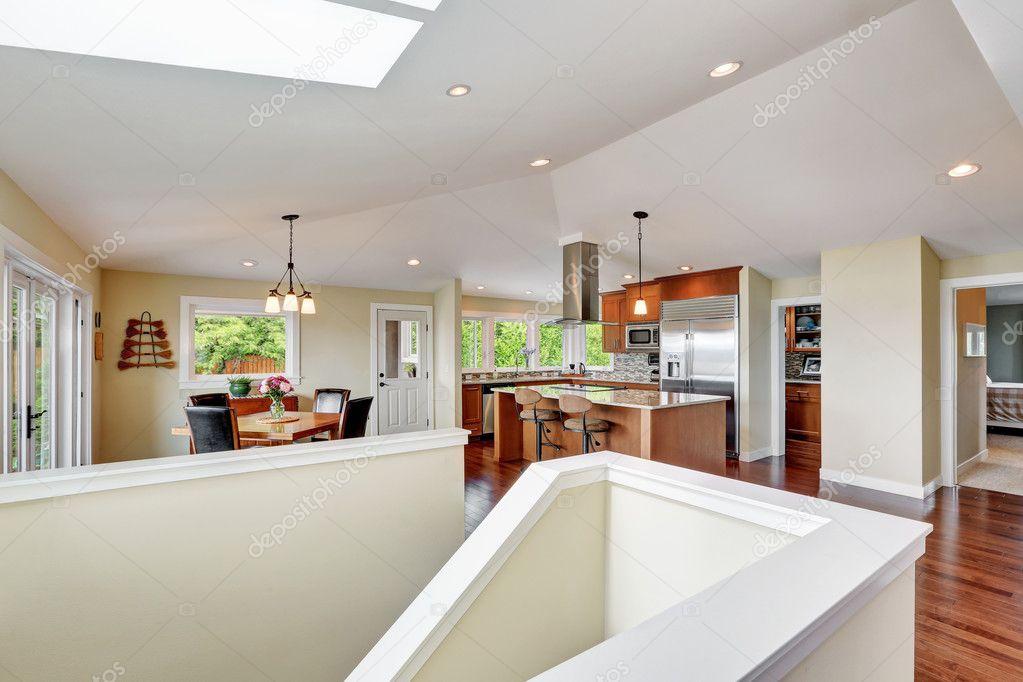 Luxus Haus Interieur Mit Offenen Grundriss, Essbereich Und Eine Moderne  Küche Zimmer Mit Gewölbedecke. Nordwesten, Usa U2014 Foto Von Iriana88w