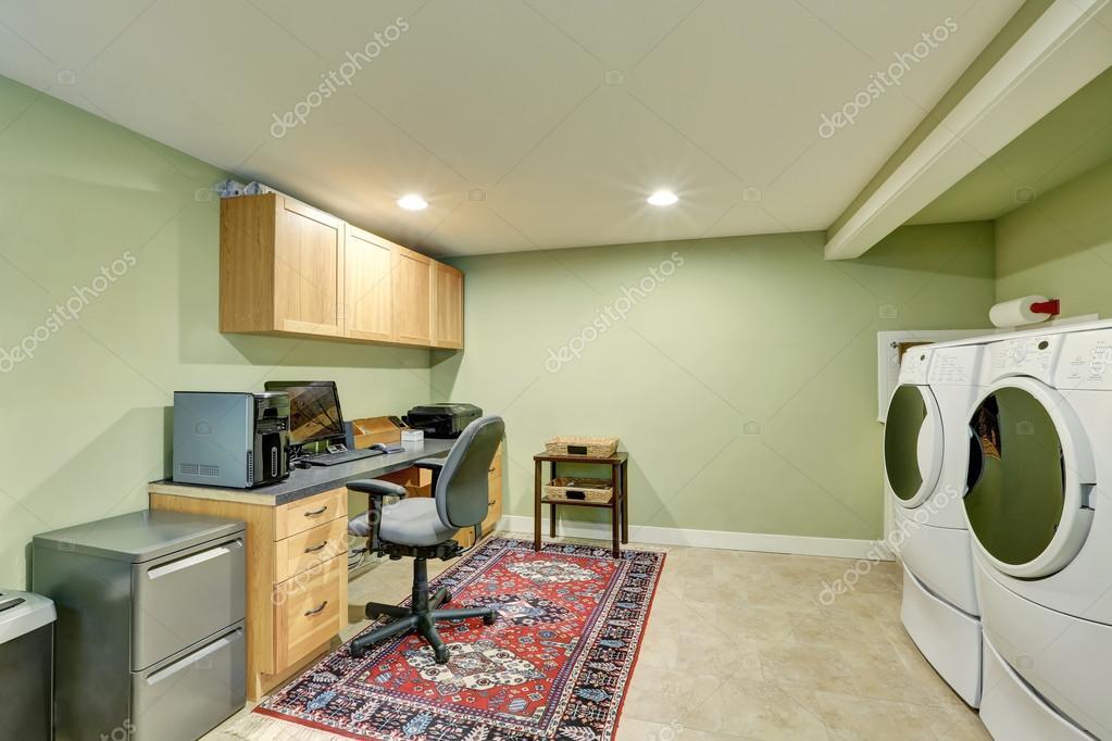 Salle du sous sol avec des appareils de bureau à domicile région et