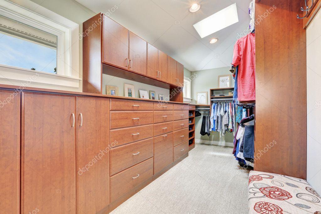 Grosser Begehbarer Kleiderschrank Schranke Und Teppichboden
