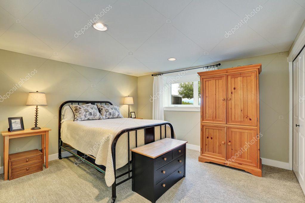 Intérieur de chambre à coucher ton beige avec lit en fer ...