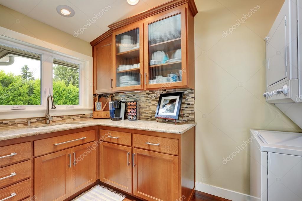 Combinazione di mobili di cucina nell\'angolo — Foto Stock ...