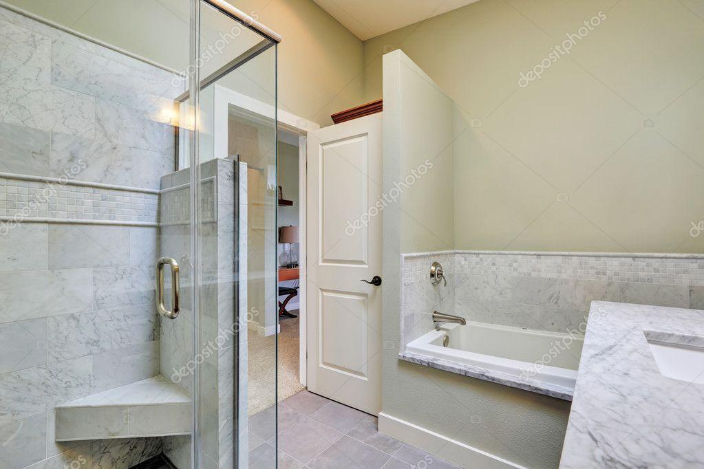 Interni di lusso bagno con mattonelle di marmo u foto stock